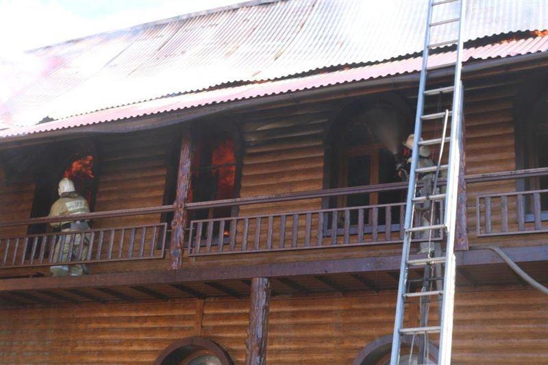 В Усть-Каменогорске загорелся Дом-музей дерева