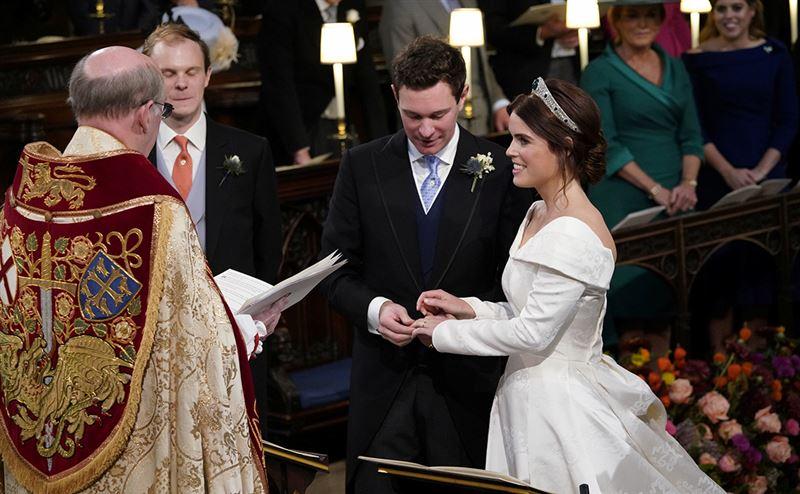 Внучка королевы Елизаветы II вышла замуж за бывшего официанта