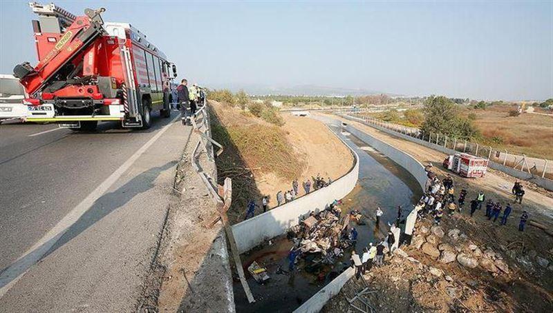 В Турции грузовик с мигрантами рухнул с моста, погибли 15 человек