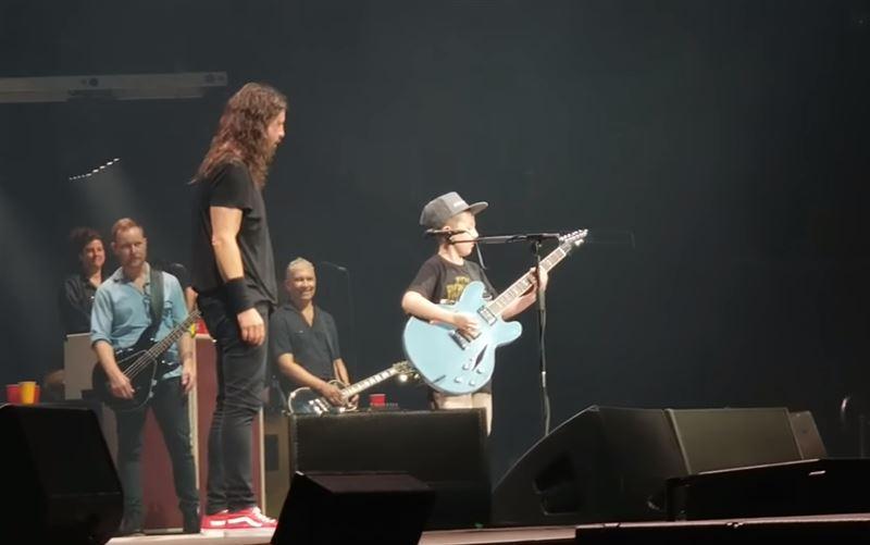 Музыкант пригласил на сцену 10-летнего фаната и дал ему гитару