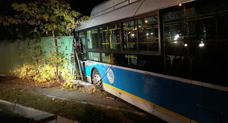 Автобус протаранил забор жилого дома в Алматы