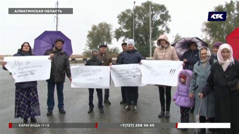 После гибели девушки жители Алматинской области вышли на трассу с плакатами