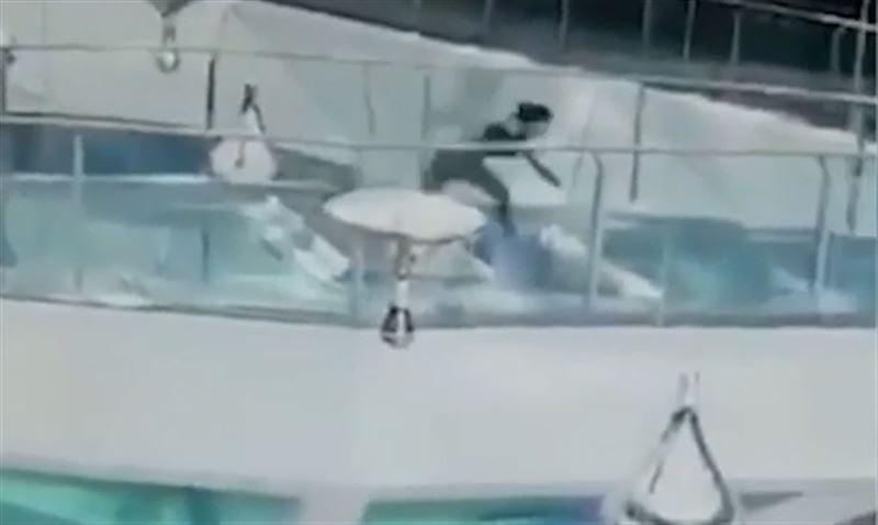 В торговом центре Китая женщина угодила в аквариум с акулами