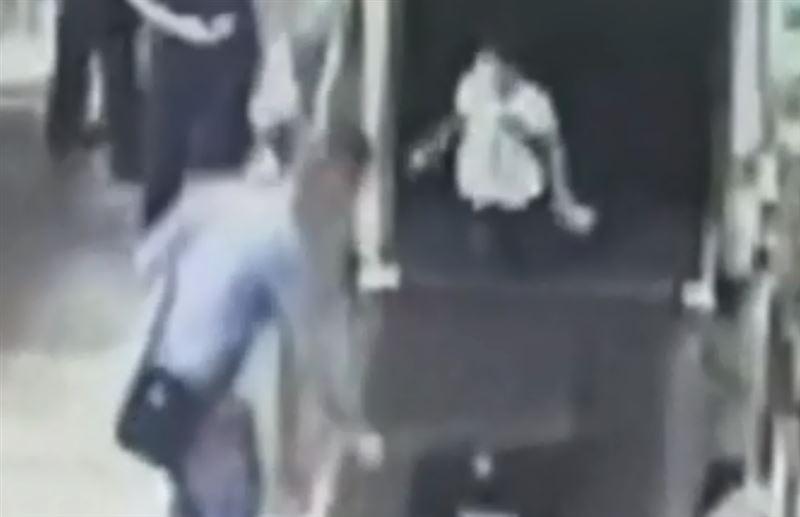 Ребенок залез в аппарат для сканирования на вокзале