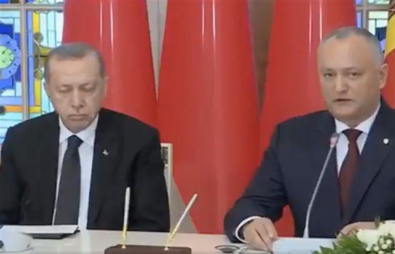 Уснувшего на пресс-конференции президента Турции сняли на видео