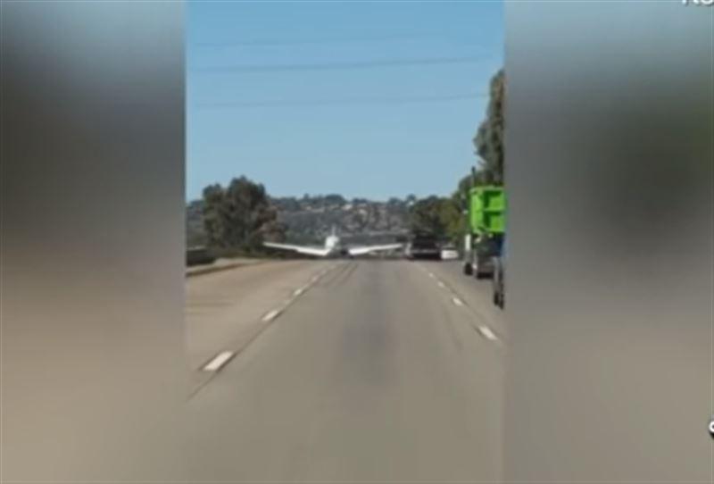 В США самолет экстренно приземлился на шоссе