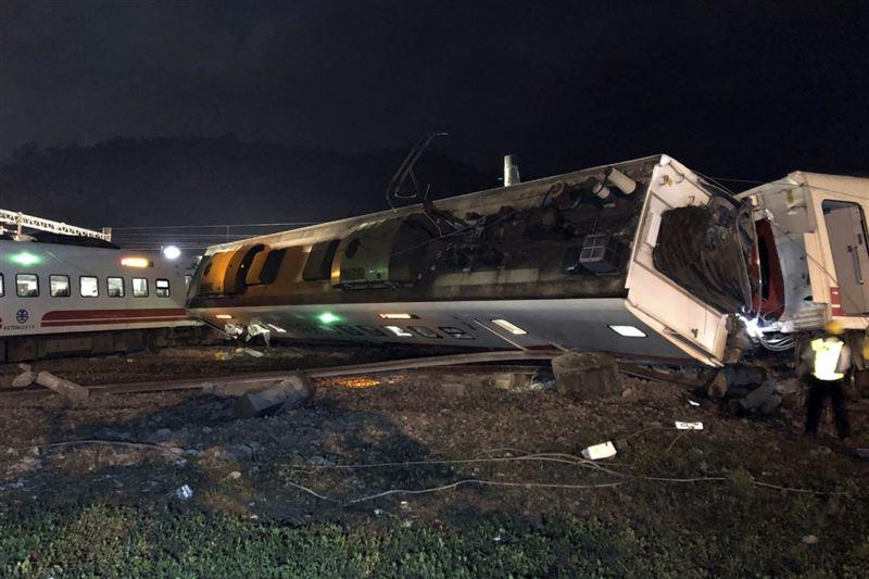 На Тайване сошел с рельсов поезд, погибли 22 человека