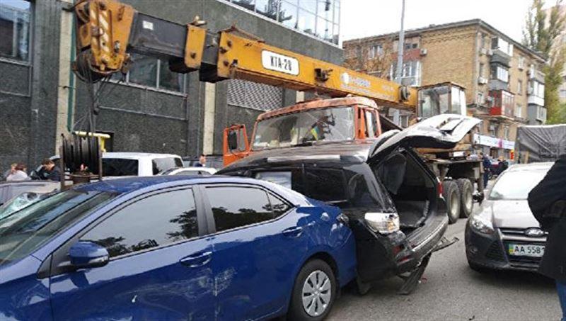 В Киеве автокран протаранил 17 автомобилей