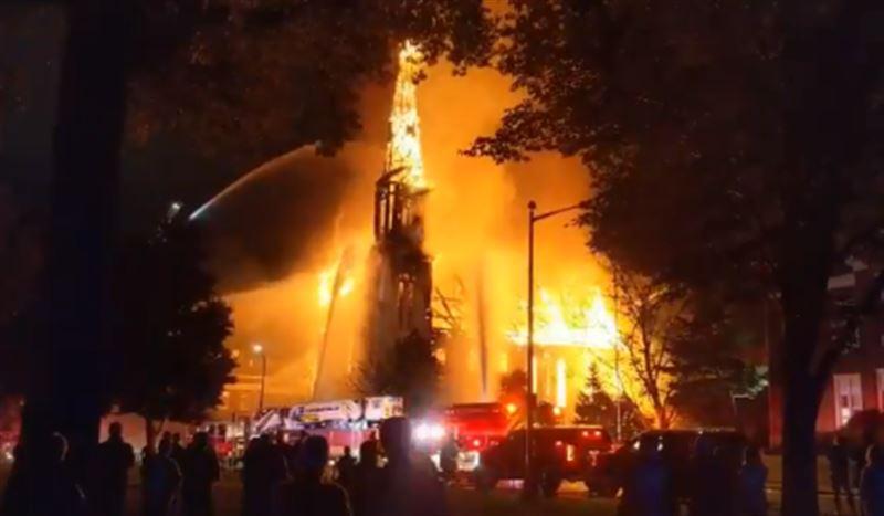 В США сгорела церковь из-за удара молнии