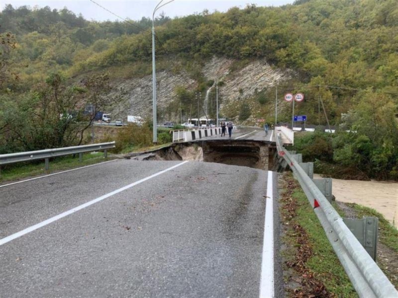 20-метровый участок моста рухнул из-за потопа в Сочи
