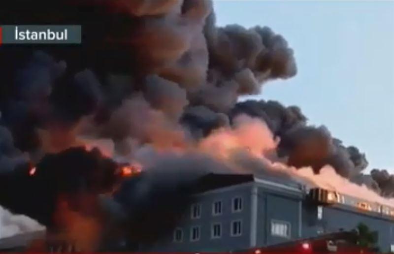 В Стамбуле огнем охвачена мебельная фабрика
