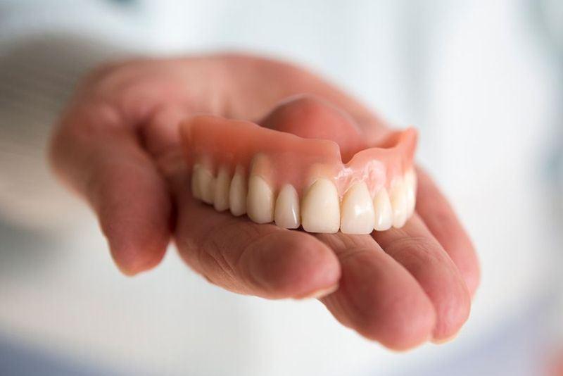 Мужчина питался через зонд из-за проглоченных вставных зубов