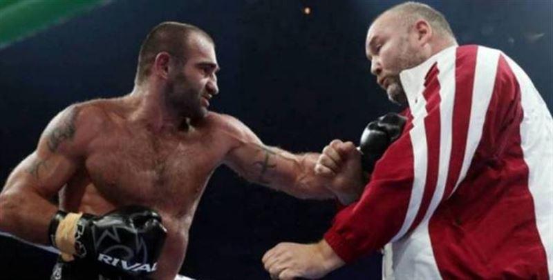Жеңіліп қалған боксшы бапкерін ұрып жіберді