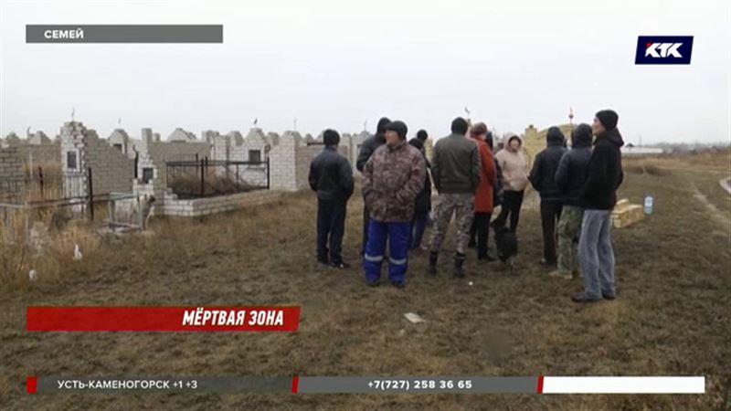 В пригороде Семея на закрытом кладбище продолжают хоронить, причем с разрешения властей