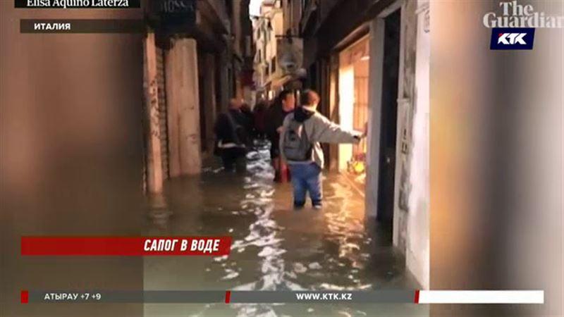 Селфи по пояс в воде – в тонущей Италии туристы не расстраиваются