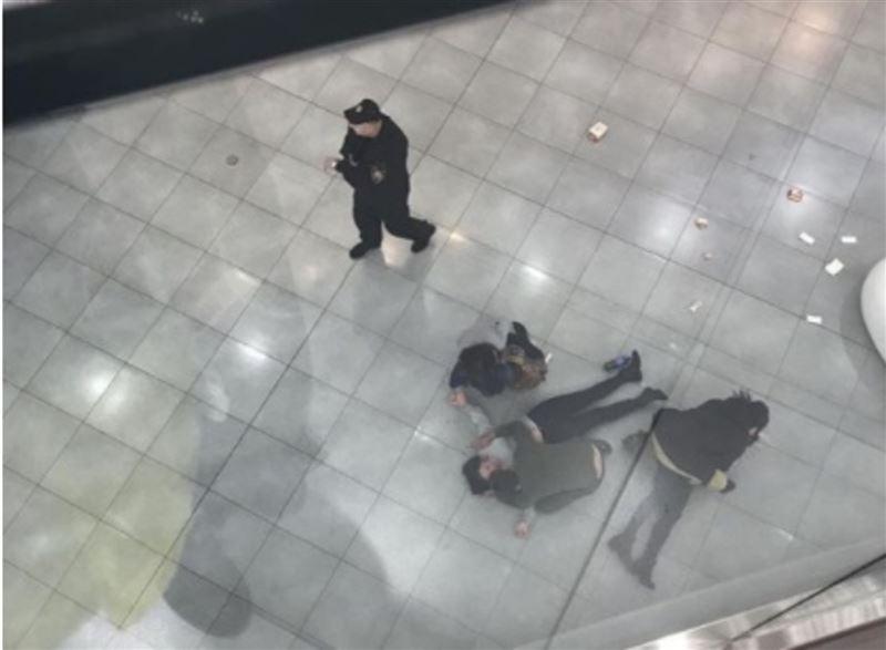 Момент падения девушки с четвертого этажа в московском ТЦ попал на видео