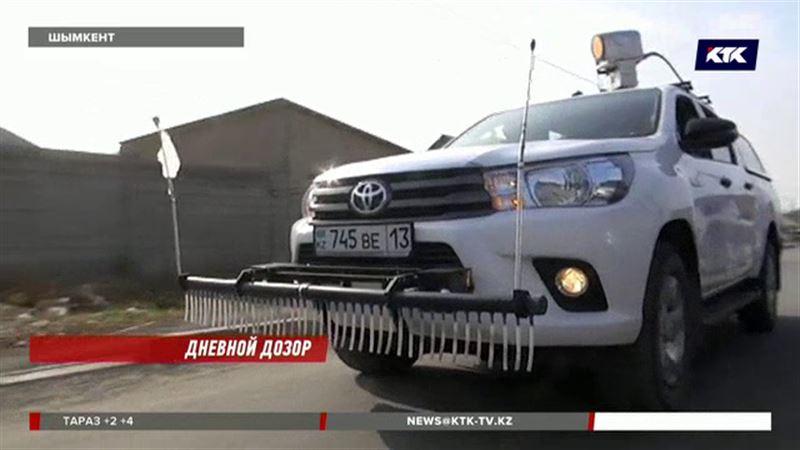 По Шымкенту в поисках утечки газа колесит пикап