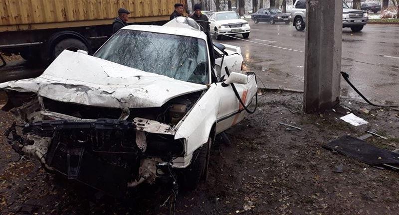 Водитель не справился с управлением и сбил женщину в Алматы