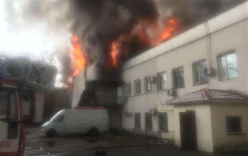 На барахолке Алматы горят складские помещения