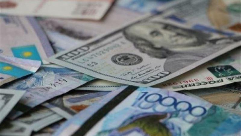 В обменниках Алматы за доллар просят 373 тенге