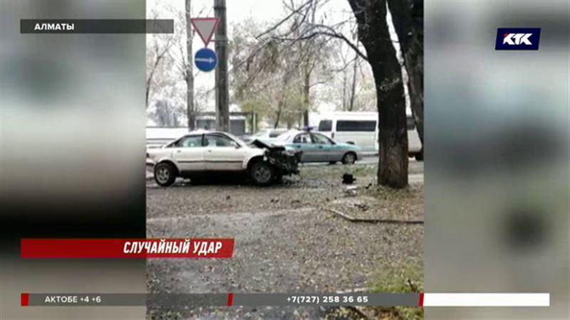В Алматы на оживленном проспекте погибла женщина