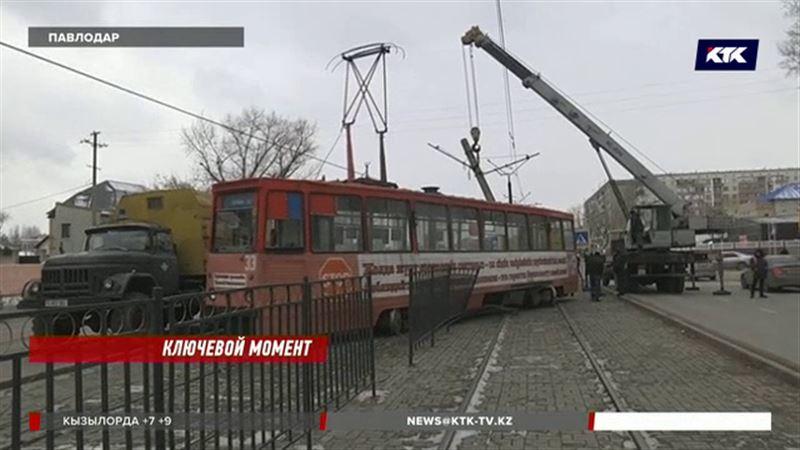 В Павлодаре с рельсов сошел трамвай с пассажирами