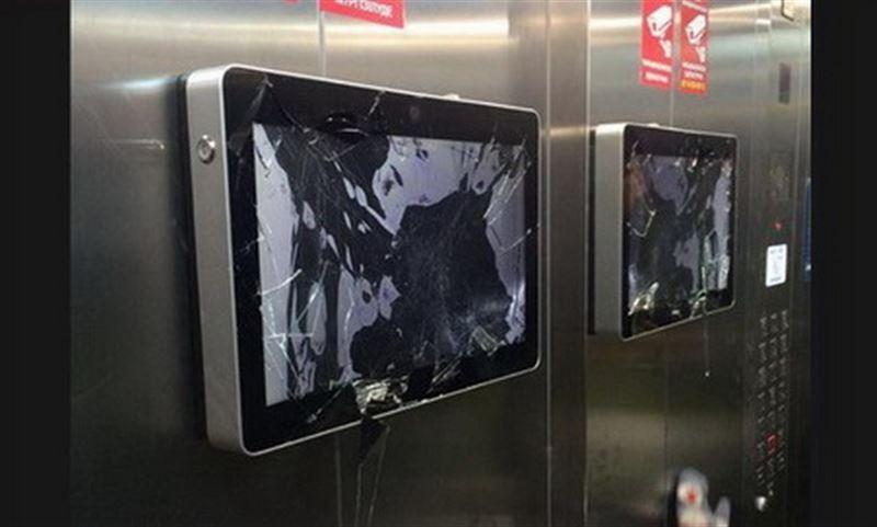 Иностранец устроил погром в подъезде столичной многоэтажки