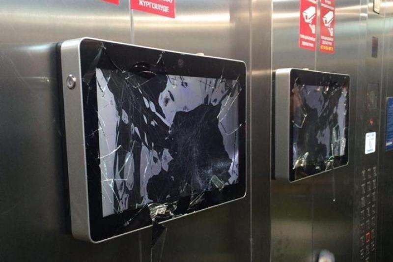 Астанада шетелдік азамат лифтідегі мониторды қасақана сындырған