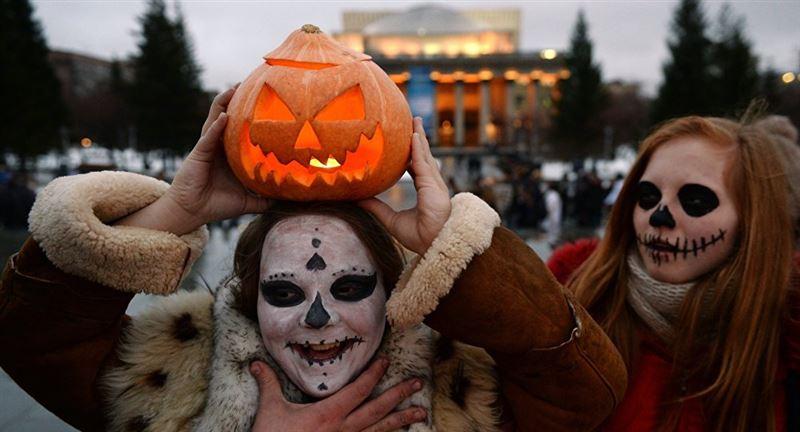 Хэллоуин кешінде астаналық қызды баннер басып қалған