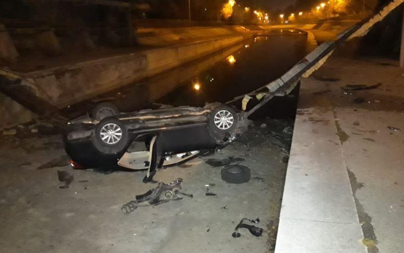 В Алматы автомобиль вылетел с моста и упал в реку