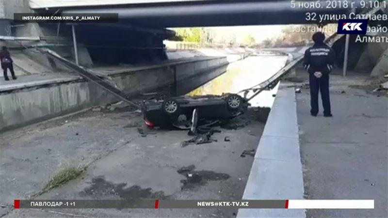 В Алматы автомобиль вылетел с моста и рухнул в реку
