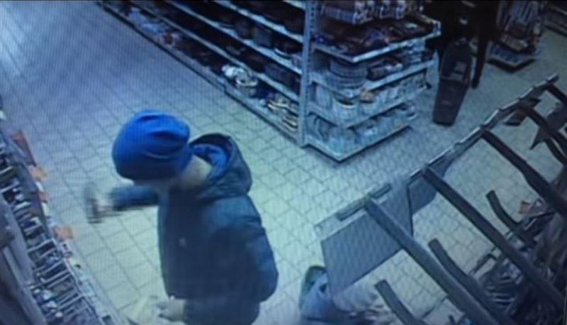 Должник отрубил себе палец в магазине и бросил в продавца