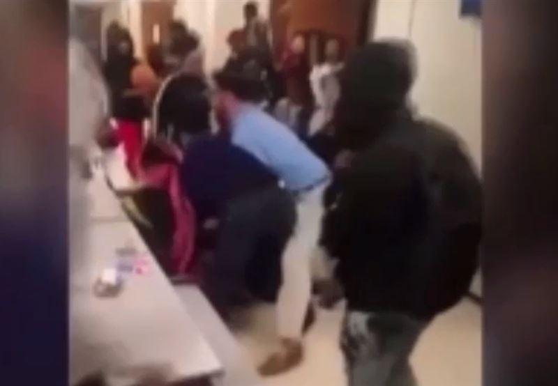Учитель, пытавшийся остановить драку, сам оказался избит