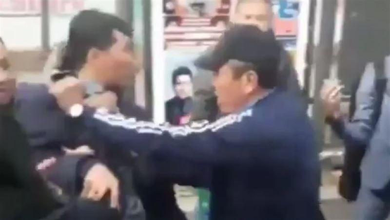 Потасовку между кондуктором и пожилым пассажиром сняли на видео