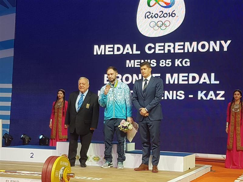 Казахстанскому тяжелоатлету вручили медаль Олимпиады-2016