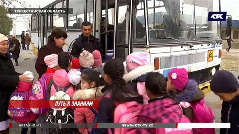 В старые автобусы пытаются вместить до ста туркестанских школьников