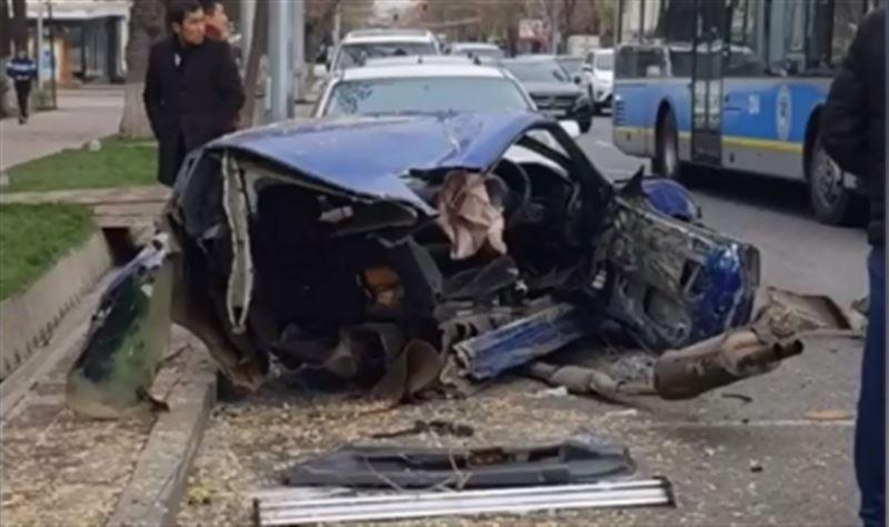 В Алматы в результате ДТП машину разорвало надвое