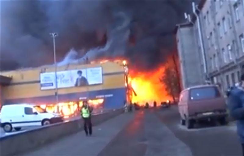 Пламя охватило здание гипермаркета в Санкт-Петербурге