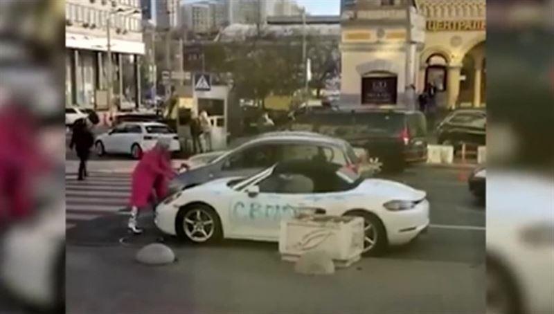 В центре Киева блондинка изрубила топором белый Porsche