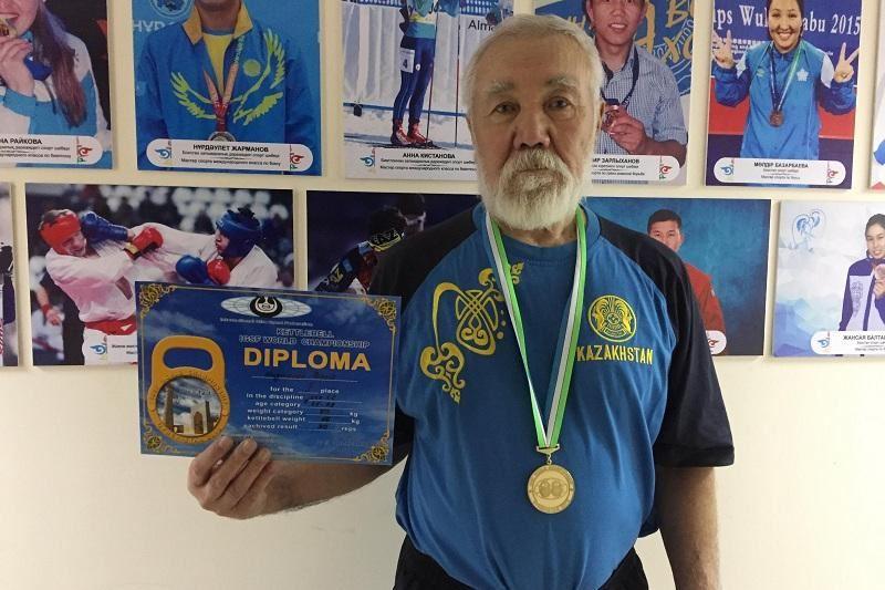 75 жастағы қария кір тасын көтеруден Әлем чемпионы атанды