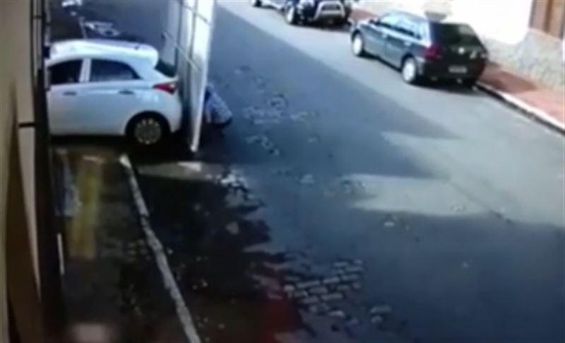 Автомобиль протаранил ворота гаража и сбил пожилую пару