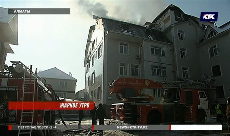 В Алматы огонь уничтожил крышу и верхний этаж жилого дома