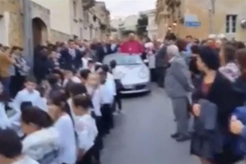Священник прокатилсяна Porsche, в который «запрягли» детей
