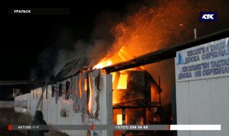 На тушение пожара в Уральске стянули небывалые силы