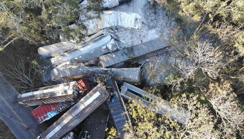 В США вагоны грузового поезда с пропаном упали на шоссе