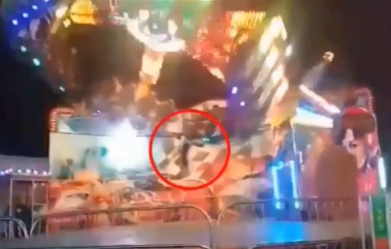 Девочку, вылетающую из крутящегося аттракциона, сняли на видео