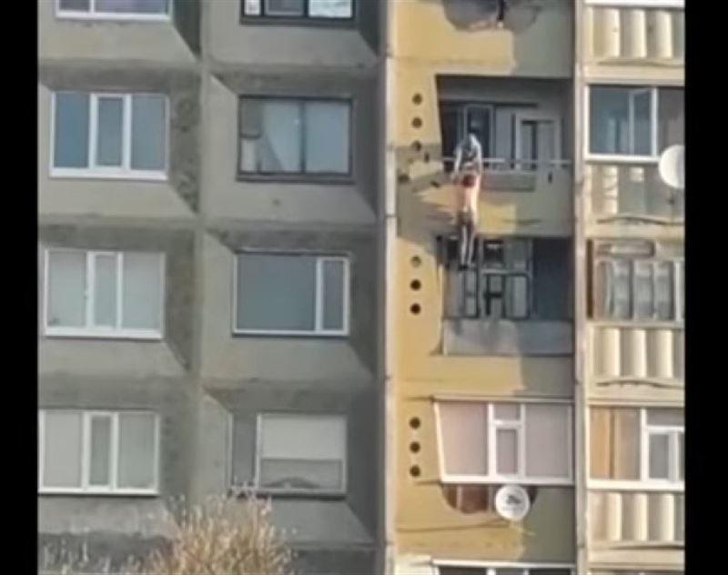Қостанай облысында күйеуімен ұрысып қалған әйел балконға ілініп қалды