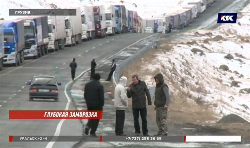 «Помощи нет никакой»: на горном перевале в Грузии застряли казахстанские дальнобойщики