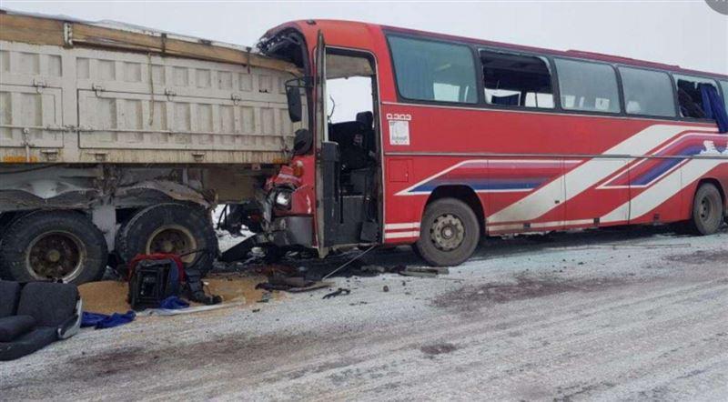 Автобус столкнулся с грузовиком в Карагандинской области: погиб человек