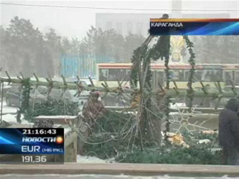 В Караганде штормовой ветер снёс новогоднюю елку
